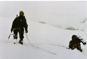 Karm laskumine Midi mäelt lumetuisus ja muusika saatel.